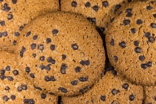 Sfondo dei deliziosi biscotti con gocce di cioccolato