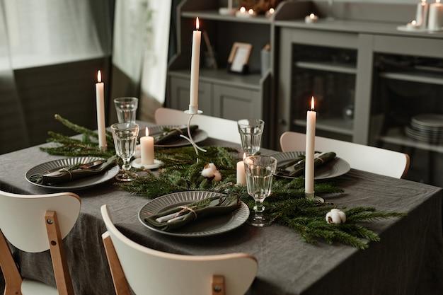 Lo sfondo di un elegante tavolo da pranzo decorato per natale in toni di grigio minimi copia spazio