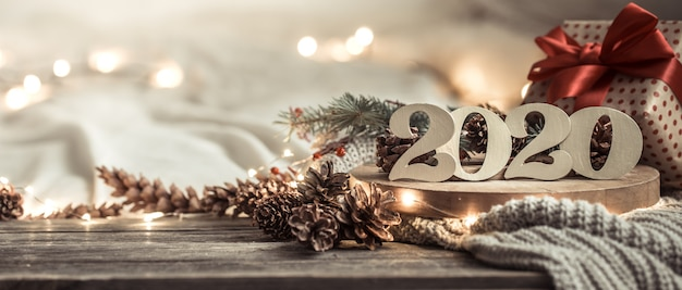 Sfondo festivo nuovo anno con numeri 2020 su legno.