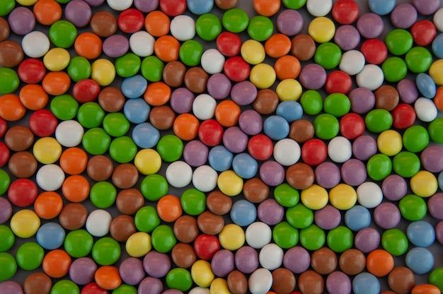 Sfondo sotto forma di piccoli cannet colorati in glassa su sfondo grigio gray