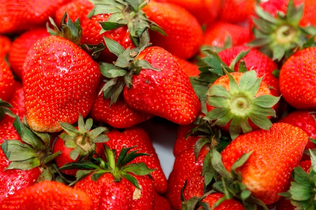 Sfondo di fragole fresche, appena raccolte in giardino. fragola succosa fresca - cornice piena