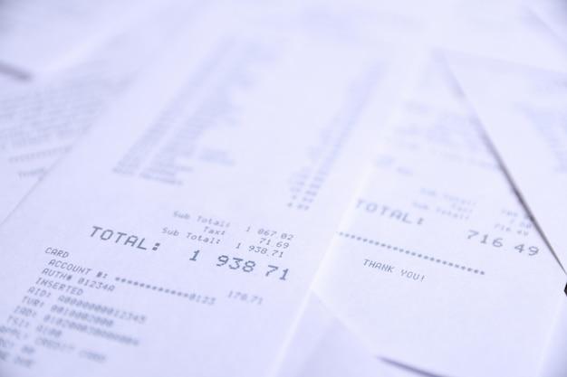 Background di assegni di acquisti nei negozi. avvicinamento.