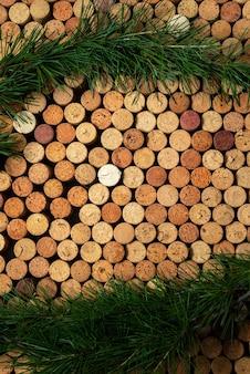 Sfondo da tappi per vino in sughero con rami di pino, concetto festivo