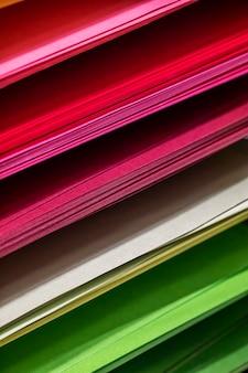 Sfondo da fogli di carta di diversi colori che si trovano uno sopra l'altro