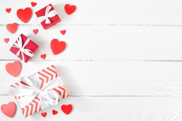 Sfondo di doni e cuori per san valentino. lay piatto.