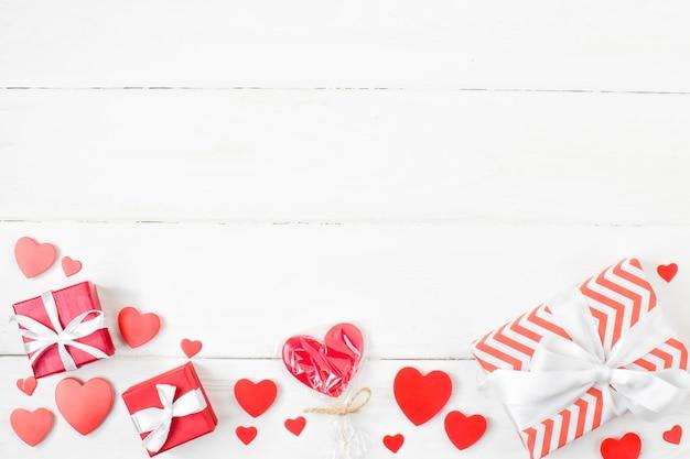 Sfondo di doni e cuori per san valentino con un posto per il testo.