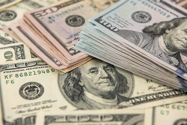 Sfondo di un mucchio di dollari. concetto di banconote di carta. finanziario