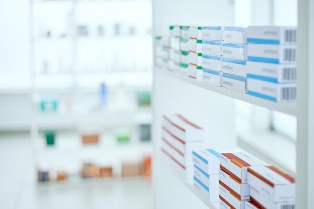 Immagine di sfondo di una scatola di medicinali su uno scaffale in una farmacia