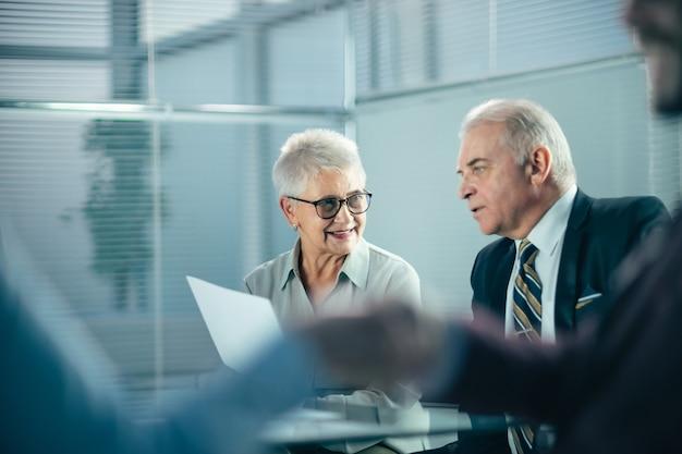 Immagine di sfondo di uomini d'affari che si stringono la mano in ufficio. foto con copia-spazio