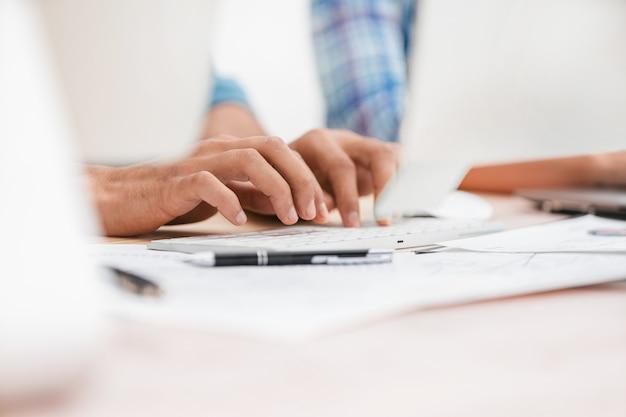 Immagine di sfondo dei dipendenti che digitano sulla tastiera del computer. foto con copia spazio