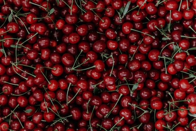 Immagine di sfondo di ciliegie rosse e bordeaux mature fresche.
