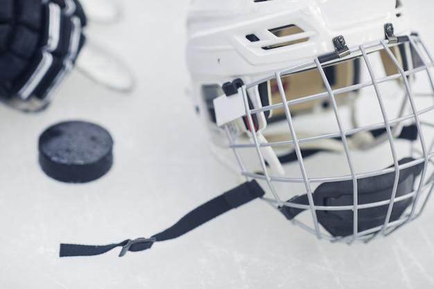 Immagine di sfondo dell'attrezzatura da hockey che giace sul ghiaccio nell'arena di pattinaggio all'aperto Foto Premium