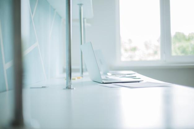 Immagine di sfondo di un laptop e documenti aziendali sulla scrivania dell'ufficio. concetto di affari.