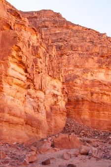 Immagine di sfondo del canyon rosso saturo in egitto
