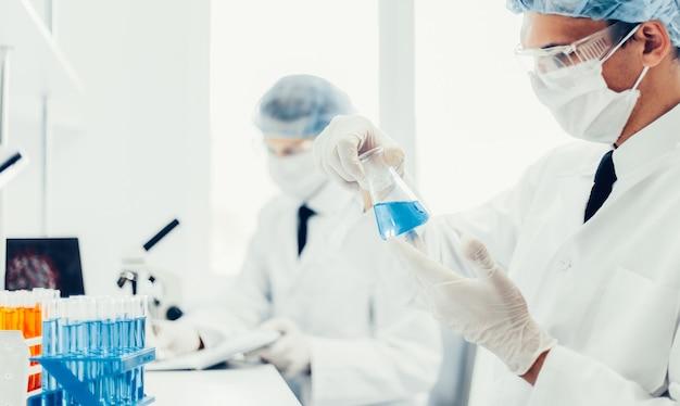 Gli scienziati delle immagini di sfondo stanno conducendo ricerche in laboratorio