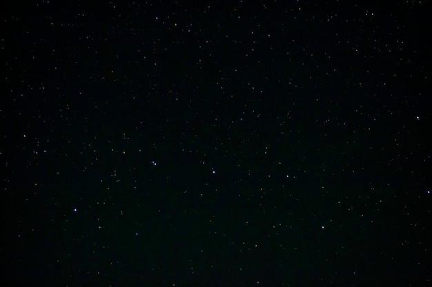 L'immagine di sfondo dell'immagine del cielo notturno stellato contiene rumore e granulosità a causa dell'elevata iso e della messa a fuoco morbida