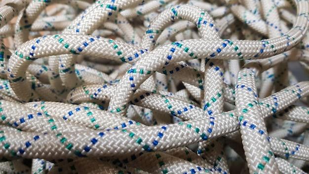 Un'immagine di sfondo di una corda aggrovigliata per l'arrampicata su roccia e l'alpinismo.