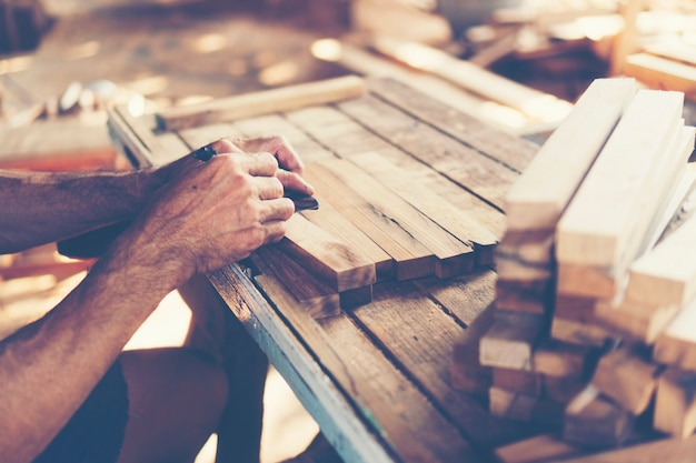 Immagine di sfondo dell'officina di falegnameria: tabella di lavoro dei carpentieri con differenti strumenti