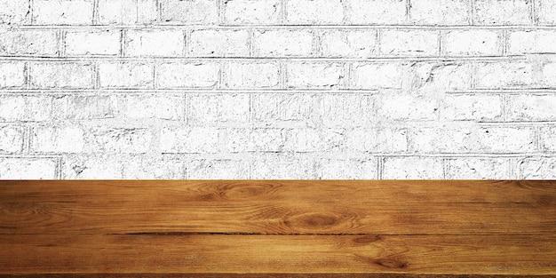 Lo sfondo sono tavole di legno vuote e un muro di mattoni strutturato con illuminazione