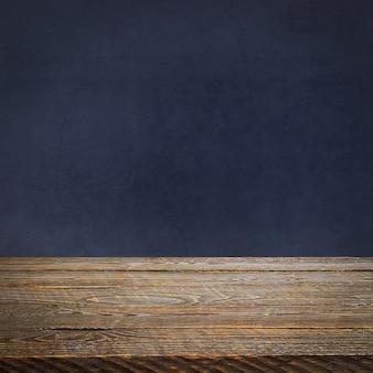 Lo sfondo è costituito da tavole di legno vuote e una parete intonacata testurizzata con illuminazione e vignettatura. per dimostrazioni di prodotti, spazio libero, layout, mockup, tabellone prospettico, tabellone di sfondo.