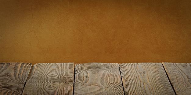 Lo sfondo è costituito da tavole di legno vuote e una parete intonacata testurizzata con illuminazione e vignettatura