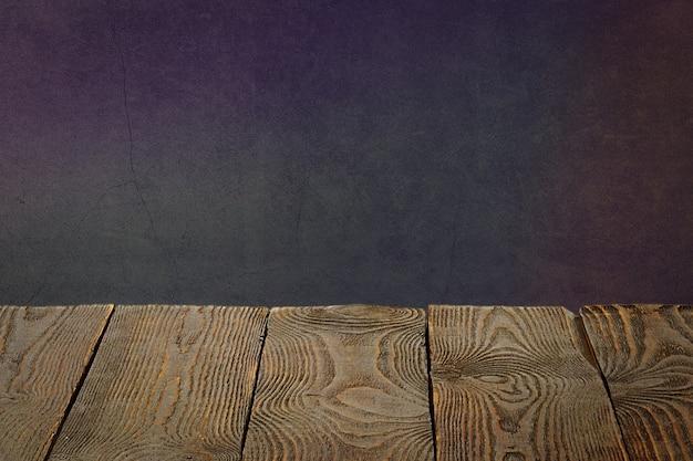 Lo sfondo sono tavole di legno vuote e una parete intonacata testurizzata