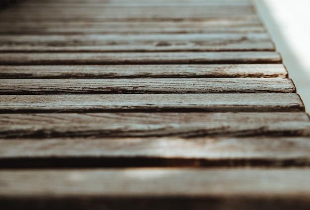 Lo sfondo è costituito da vecchie tavole di legno ricoperte di vecchia vernice. la trama della superficie usurata. messa a fuoco selettiva e prospettiva.