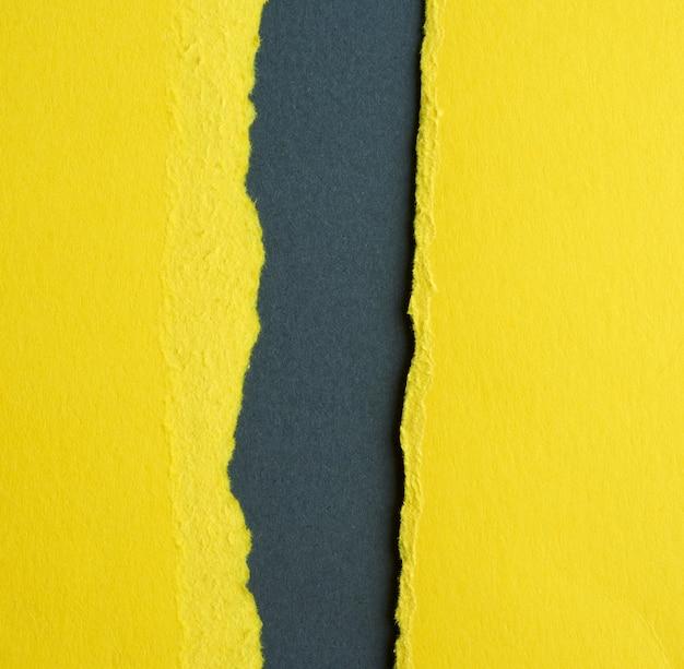 Sfondo di carta strappata gialla a strati con un'ombra su uno sfondo nero, sfondo e modello per designer