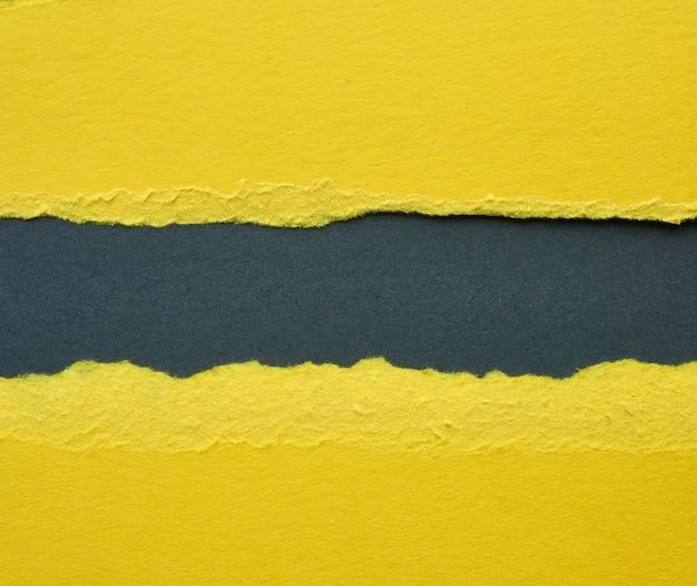 Sfondo di carta strappata gialla a strati con un'ombra