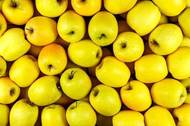Sfondo di molti pezzi di mela gialla