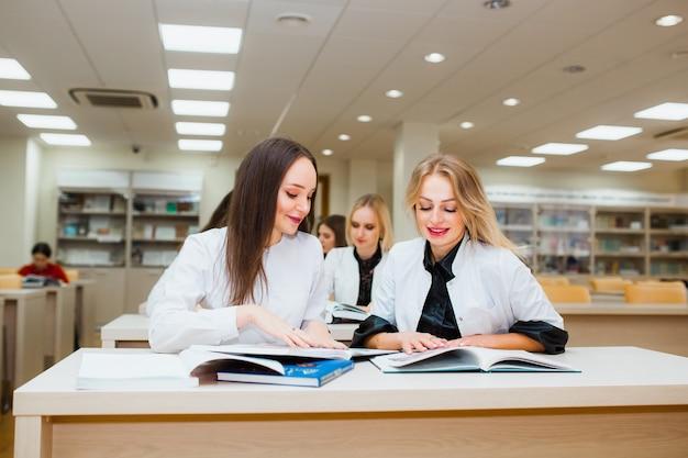 Sfondo uno studente di medicina per libri di testo.