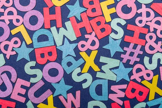 Sfondo di alfabeti inglesi colorati misti