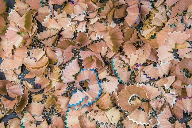 Sfondo di trucioli di matita multicolore. close up colorati trucioli di matita per lo sfondo. composizione dinamica, astratta, orizzontale dei trucioli di affilatura della matita, primi piani, macro