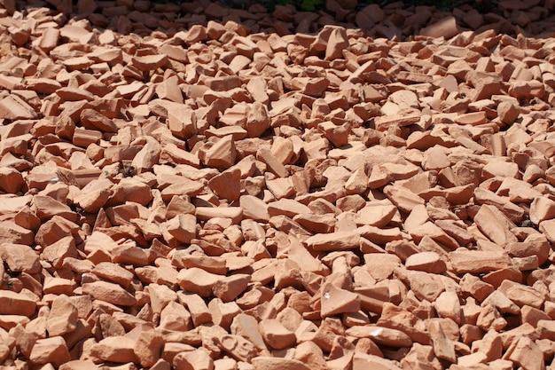 Fondo della pietra frantumata del granito grigio naturale, macadam. foto macro di texture di pietra rotta o macerie con posto per il testo. roccia frantumata. materiali di costruzione. trame.