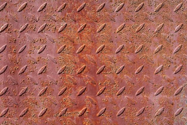 Sfondo di lamiera di ferro vecchio, arrugginito con tacche