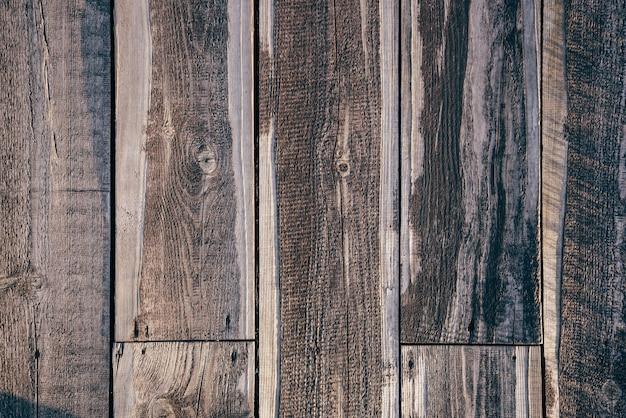 Sullo sfondo di un vecchio pavimento in legno strutturato in presenza di luce solare.