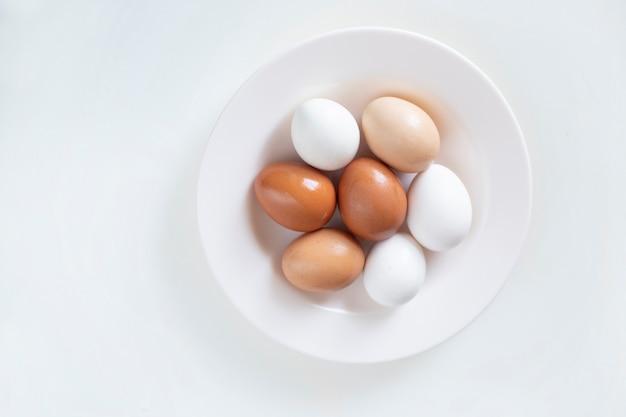 Foto di sfondo per una ricetta, uova di gallina giacciono su un piatto.