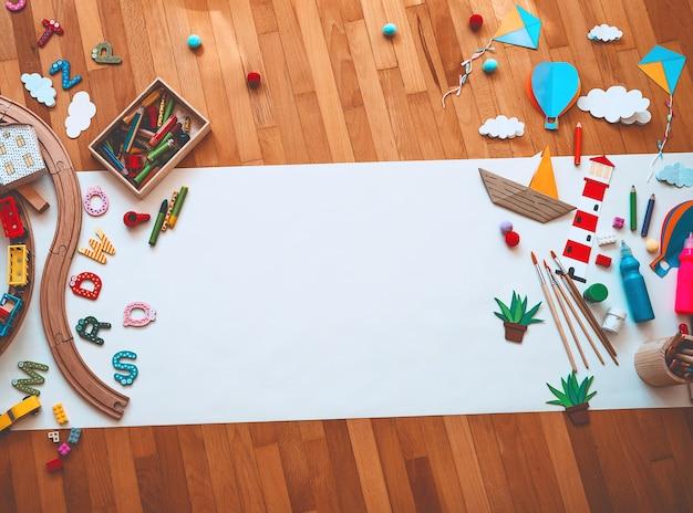 Sfondo per lezioni d'arte in età prescolare o materna per bambini giocattoli educativi e materiale scolastico