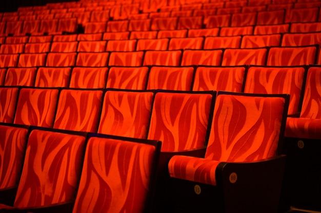 Sfondo del divano rosso del cinema con nessuno