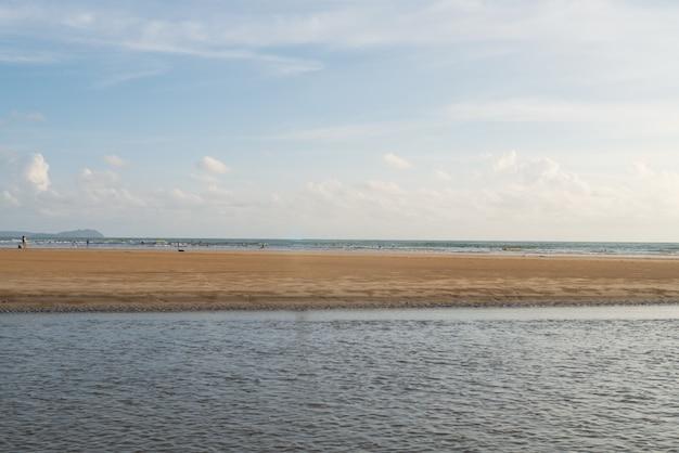 Fondo dell'onda e della linea costiera della spiaggia della spiaggia per il concetto del paesaggio di stile di vita di rilassamento di vacanza