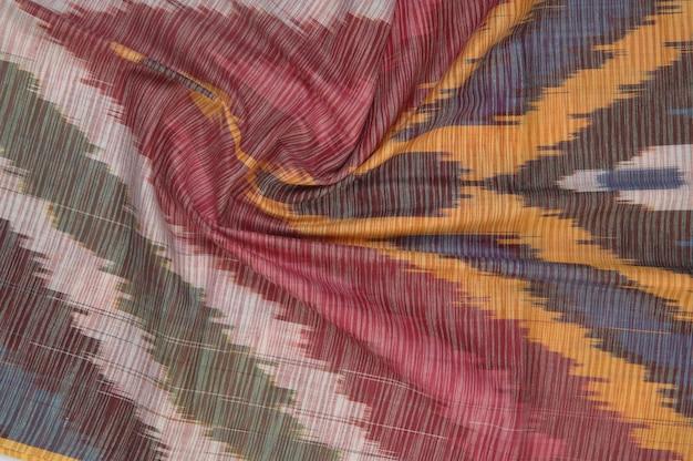 Sfondo di tessuto di seta con ornamenti orientali. seta uzbeka con ornamento