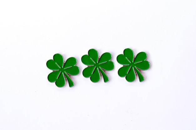 Sfondo per il giorno di san patrizio. per il design con il trifoglio. trifoglio isolato su sfondo bianco. simboli irlandesi della vacanza.