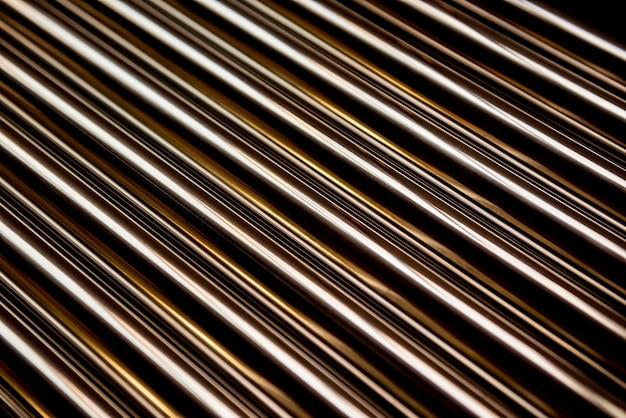 Sfondo di tubi di acciaio impilati su un pallet