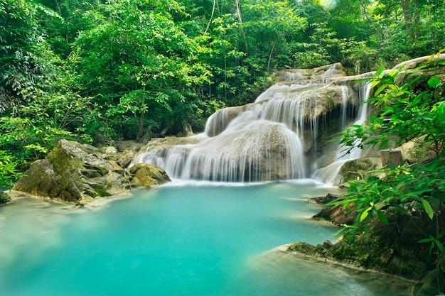 Sfondo di streaming cascata nel parco nazionale nella giungla profonda foresta sulla montagna.
