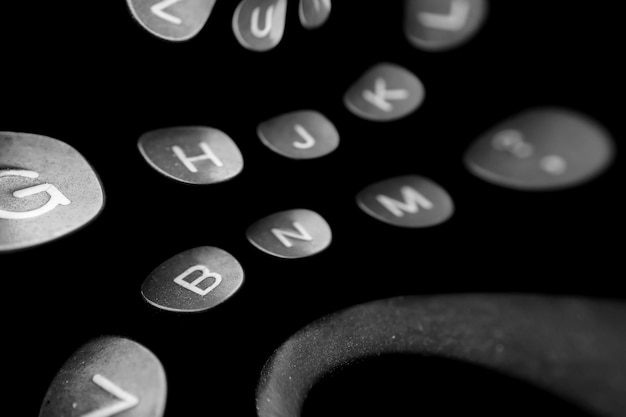 Sfondo nello stile delle lettere versate, chiavi con lettere della lingua inglese su una vecchia macchina da scrivere