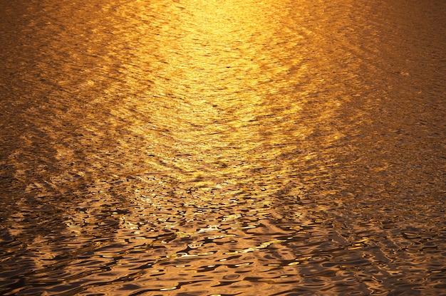 Sfondo di acque superficiali nel tempo tramonto