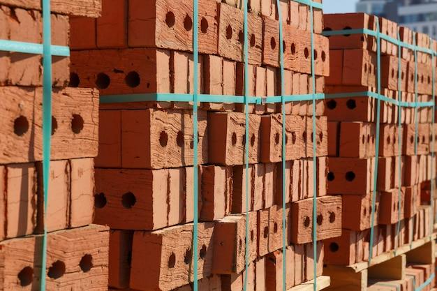 Sfondo e trama. pallet di mattoni in un cantiere edile