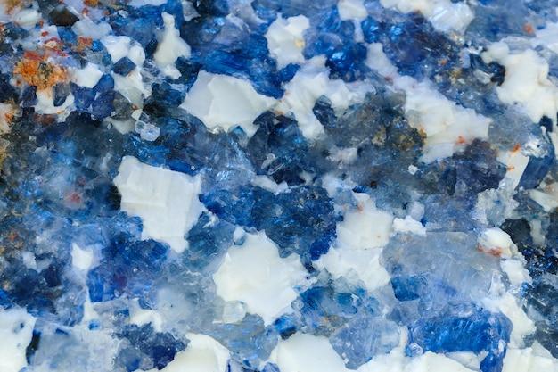Fondo, struttura - superficie bianca e blu del minerale di salgemma, salgemma cristallino naturale