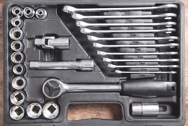 Sfondo di una cassetta degli attrezzi. chiavi di diverse dimensioni