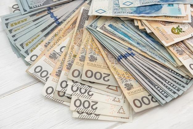 Sfondo della banconota in usd e pln. concetto di business